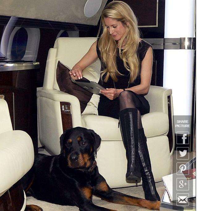 Katinka Nicou et son chien sur un jet privé
