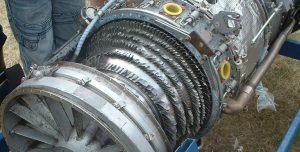 le compresseur d'un jet endommagé après avoir avalé un oiseau
