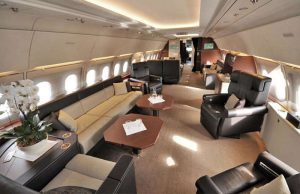 Airbus A319 Corporate Jet - sinon, il y a la configuration business avec une zone de bureau très fonctionnel est une énorme table de conférence