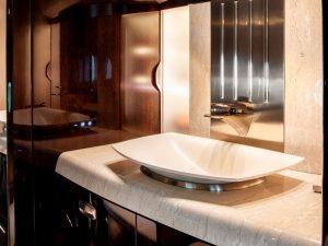 Jet privé Cessna Citation Longitude - sa salle de bain est spacieuse