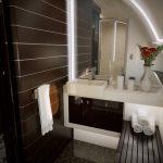 Embraer Lineage 1000E a une salle de bains avec douche à l'italienne