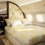 Embraer Lineage 1000E il y a aussi une suite patronale avec lit double et salle de bain privée