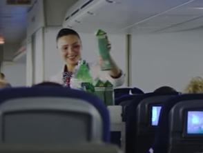 hôtesse de l'air vendant des produits sur l'avion