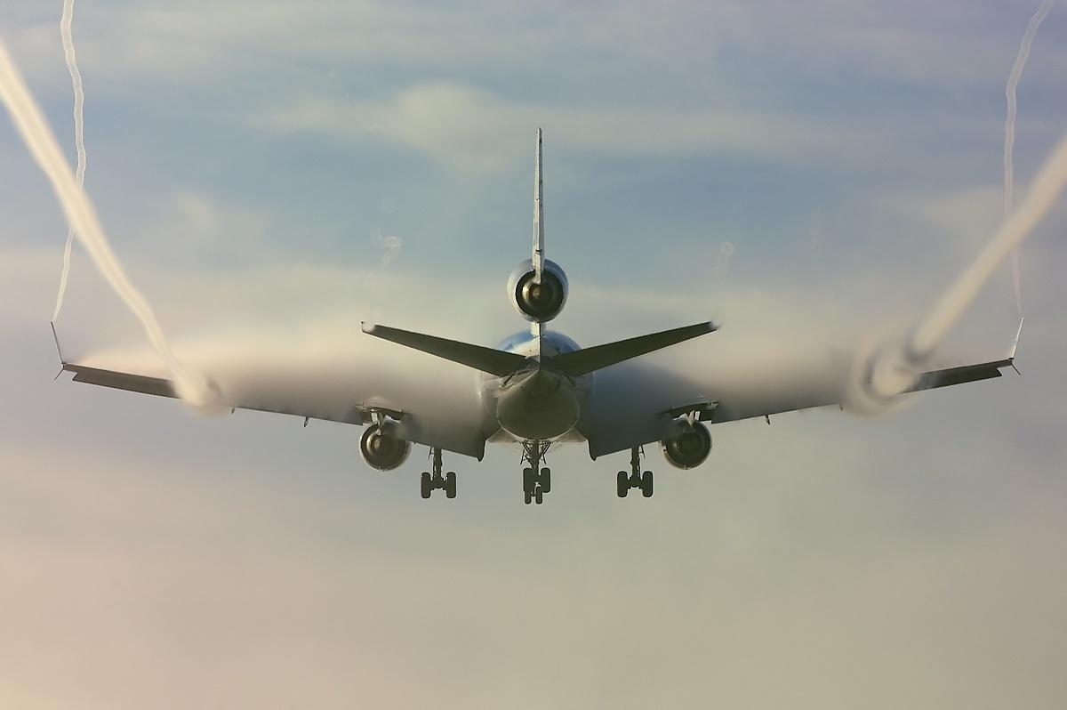 vortex d'air sur les ailes, causé par la pression inférieure au dessu de l'aile