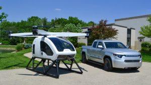 Le Workhorse Surefly, voiture volante, à côté d'un camion électrique Workhorse