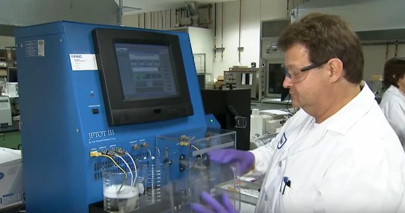 un chercheur chez Boeing teste des bio-carburants