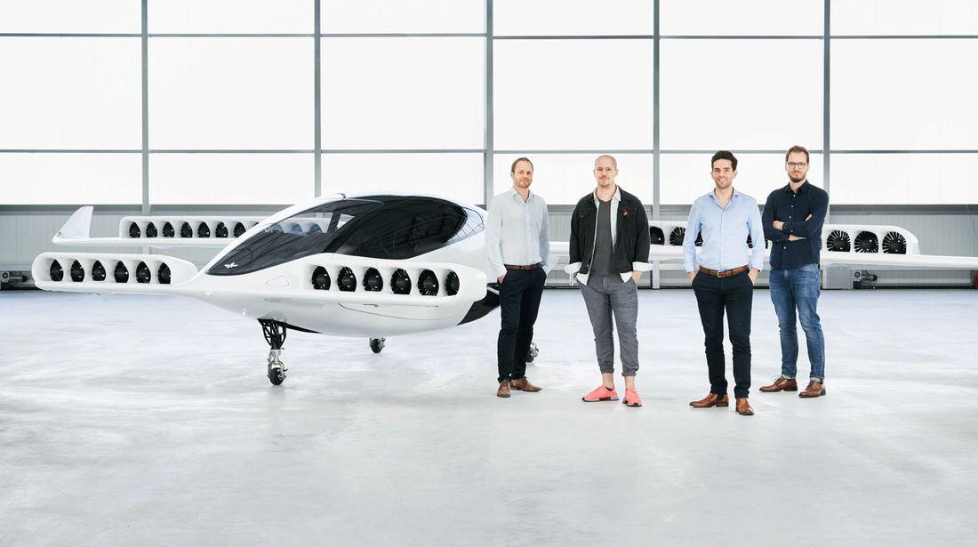 Les cerveaux derrière Lilium: Sebastian Born, Patrick Nathan, Daniel Wiegand et Matthias Meiner avec leur Lilium Jet.